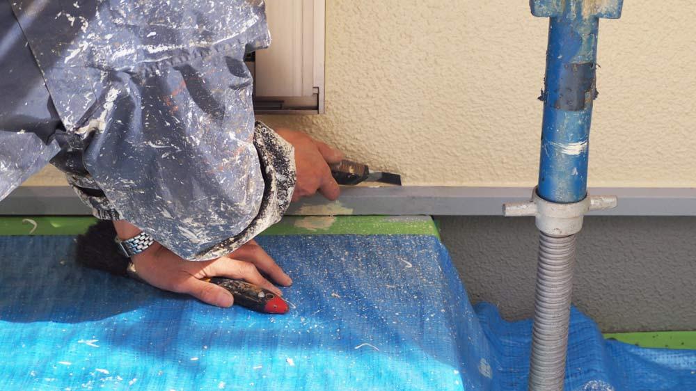 余分な塗料をカッターで切る